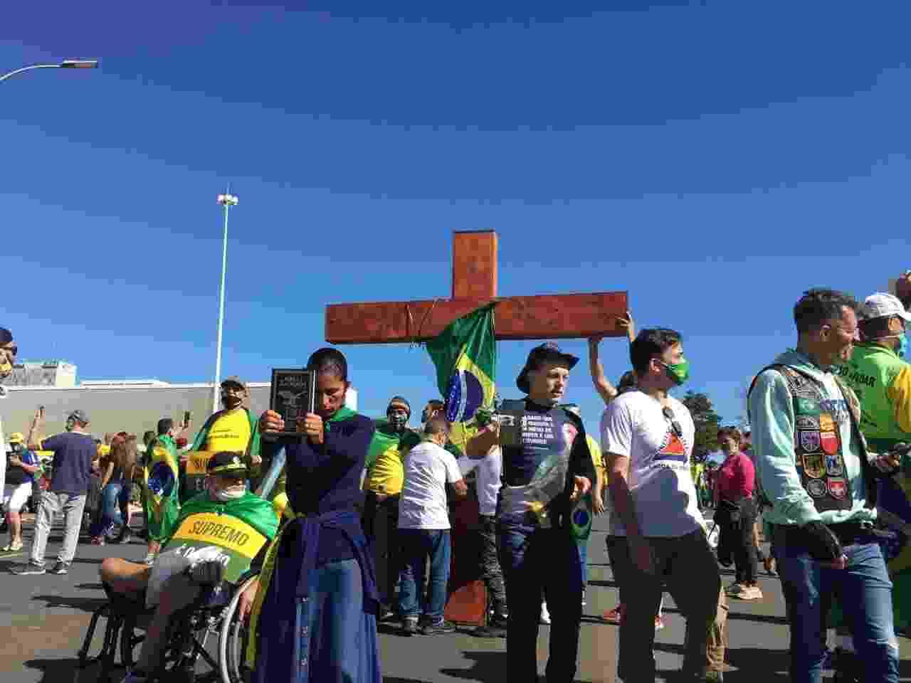 Apoiadores de Bolsonaro simulam uma via crúcias em apoio ao governo durante protesto - Hanrrikson Andrade/UOL