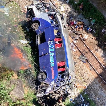 Ônibus caiu em Minas Gerais e deixou mortos e feridos - Divulgação/Corpo de Bombeiros de Minas Gerais