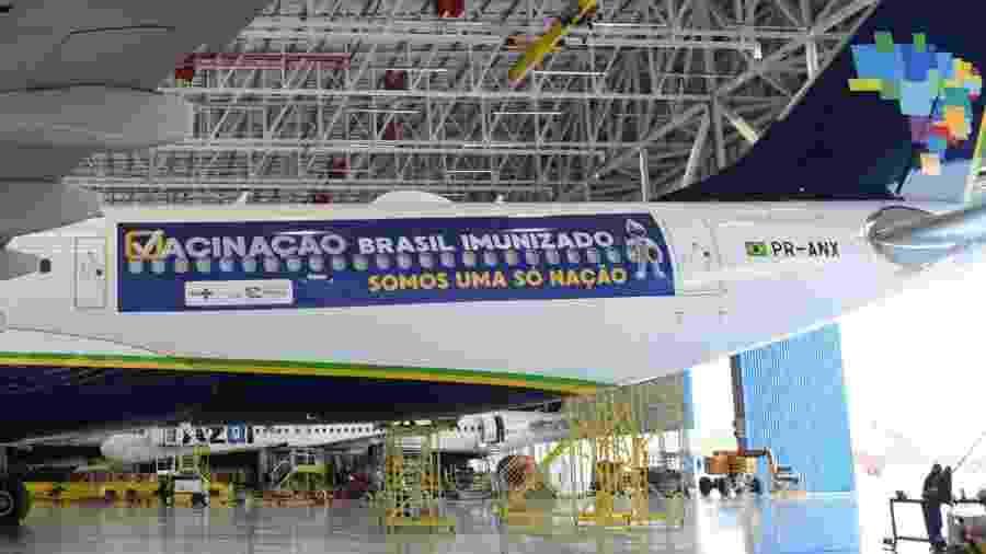 Avião da Azul que trará vacinas da Índia foi adesivado para a missão especial - Reprodução/Twitter
