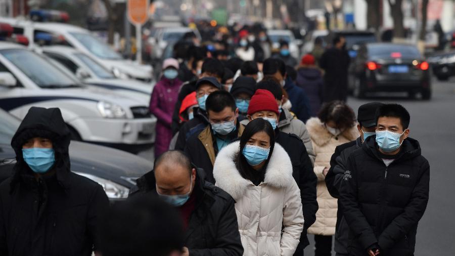 Pessoas formam uma enorme fila para fazerem teste de detecção do coronavírus, em Pequim (China) - Greg Baker/AFP