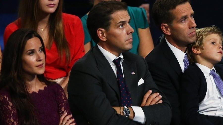 Ashley e Hunter Biden (ao centro) têm biografias muito diferentes, e Beau, já falecido, motivou um dos momentos emocionantes da posse do pai - Getty Images / BBC