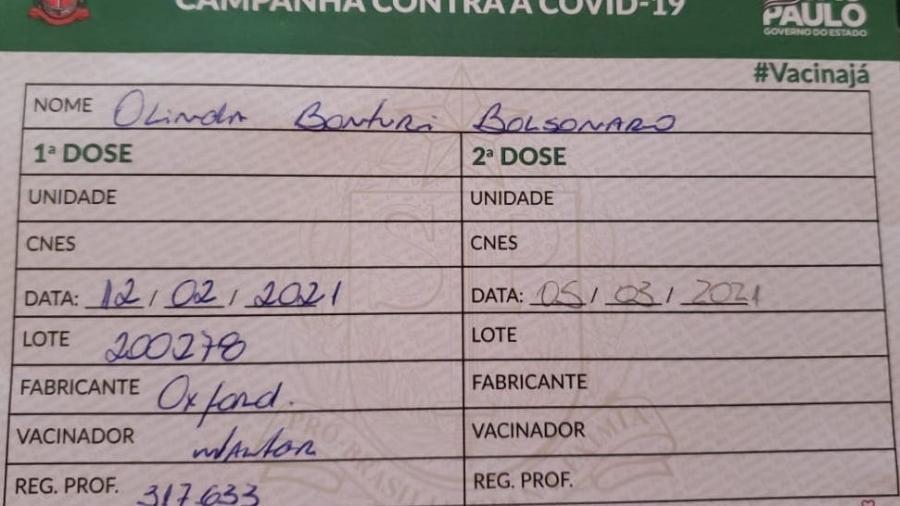 Comprovante de Vacinação da mãe de Bolsonaro, que foi apresentado pelo presidente na live de quinta-feira (18) - Reprodução/UOL