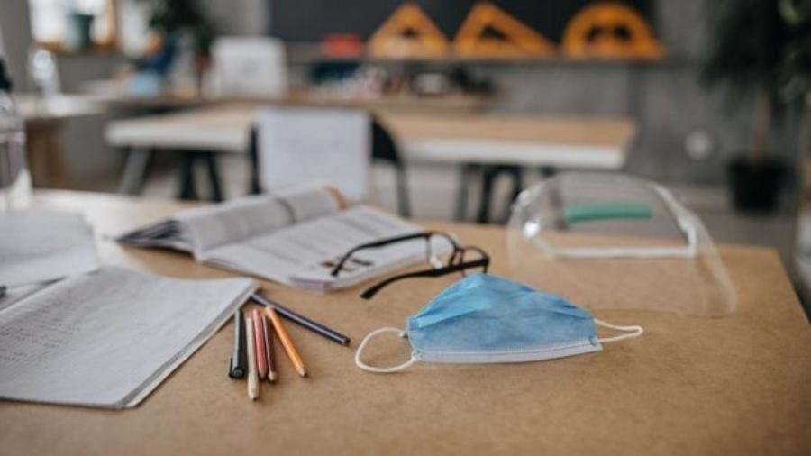 Entre orientações para retorno de aulas presenciais está uso de máscara e álcool em gel e que as janelas das salas estejam abertas - Getty Images
