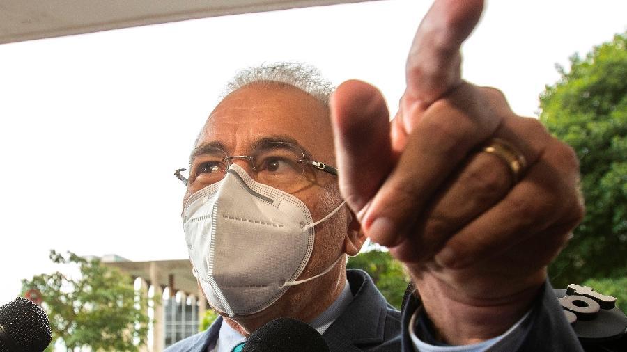 O novo ministro da Saúde, Marcelo Queiroga, chega para reunião com Eduardo Pazuello no ministério da Saúde, em Brasília - EFE/Joédson Alves