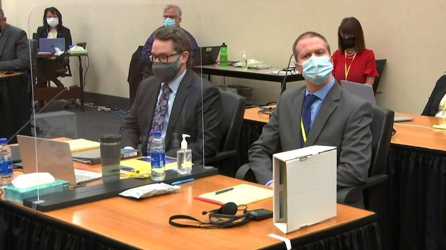 O ex-policial Derek Chauvin (esq.), ao lado do seu advogado, no tribunal de Minneapolis. Ele é acusado de homiício em segundo grau pela morte de George Floyd - Reuters