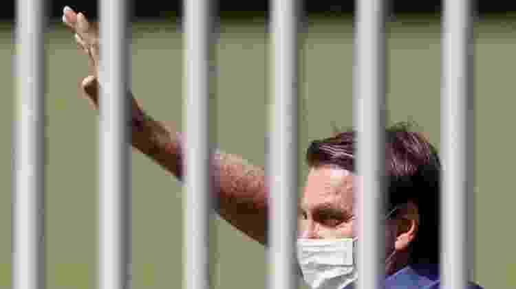 Embora tenha começado a aparecer de máscara em algumas situações, Bolsonaro segue criticando lockdown - Reuters - Reuters