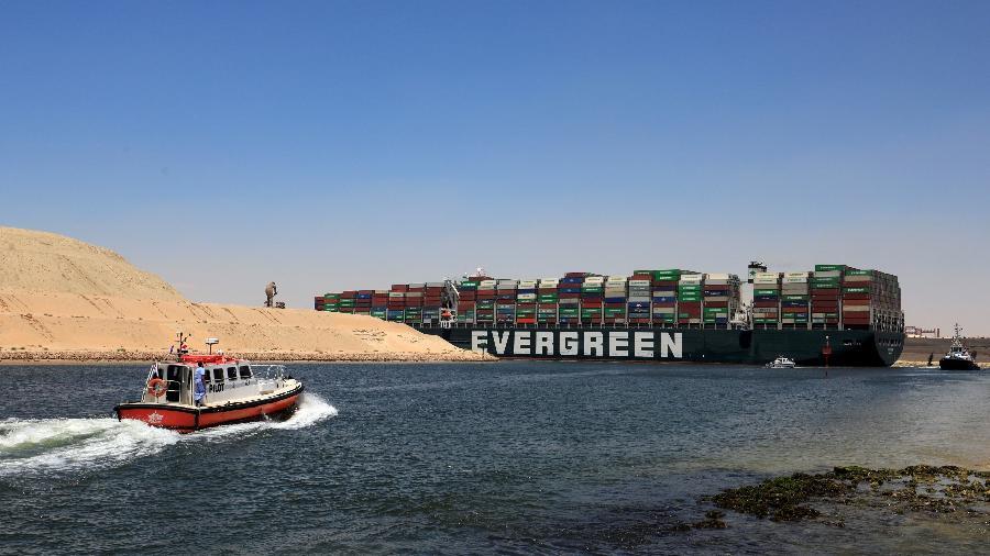 O navio porta-contêineres Ever Given se prepara para deixar o Canal de Suez após autoridades liberarem sua partida - REUTERS/Amr Abdallah Dalsh