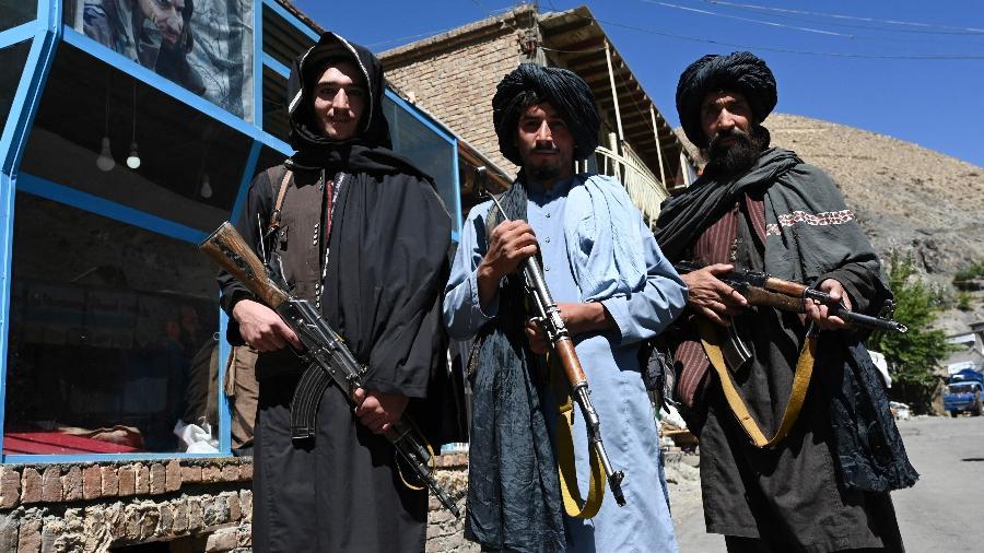 15.set.2021 - Membros do Talibã posam para foto em frente a padaria no distrito de Khenj, no Afeganistão - Wakil Kohsar/AFP
