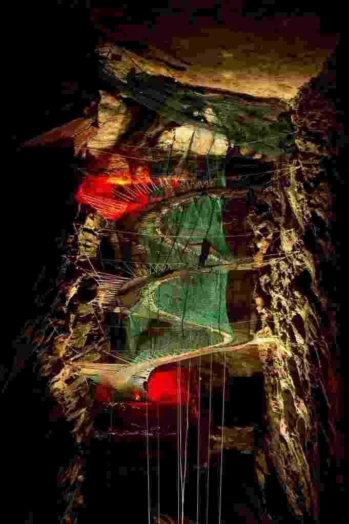 23.jul.2015 - Uma mina de ardósia de 176 anos, no norte do País de Gales, abriga a maior área para prática subterrânea de tirolesa. Os visitantes podem se divertir em trampolins gigantes, pontes e escorregadores suspensos - Oli Scarff/AFP