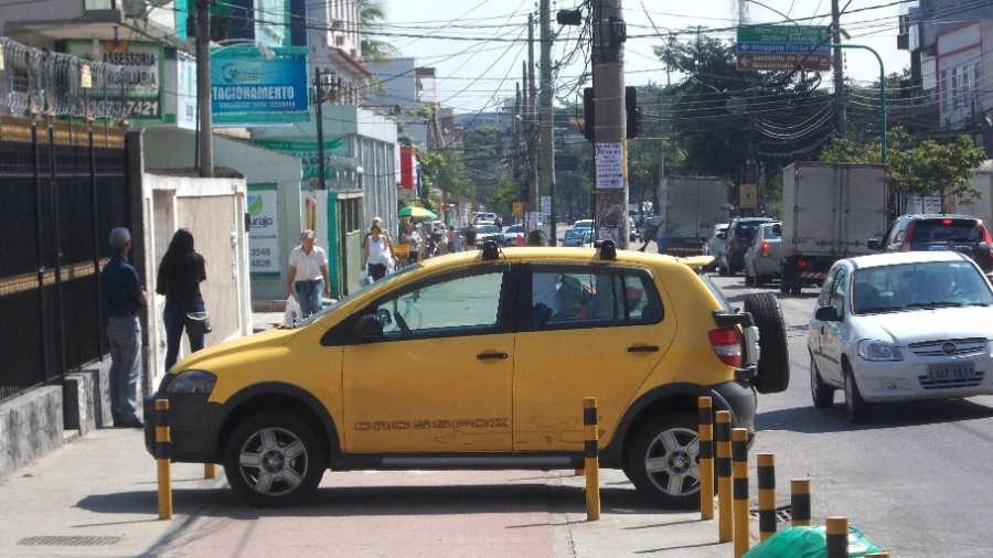 Carro é flagrado estacionado em cima de ciclovia no Rio de Janeiro; deputados federais analisam proposta de abrandar punição a motoristas - Arion Marinho/Parceiro/Agência O globo