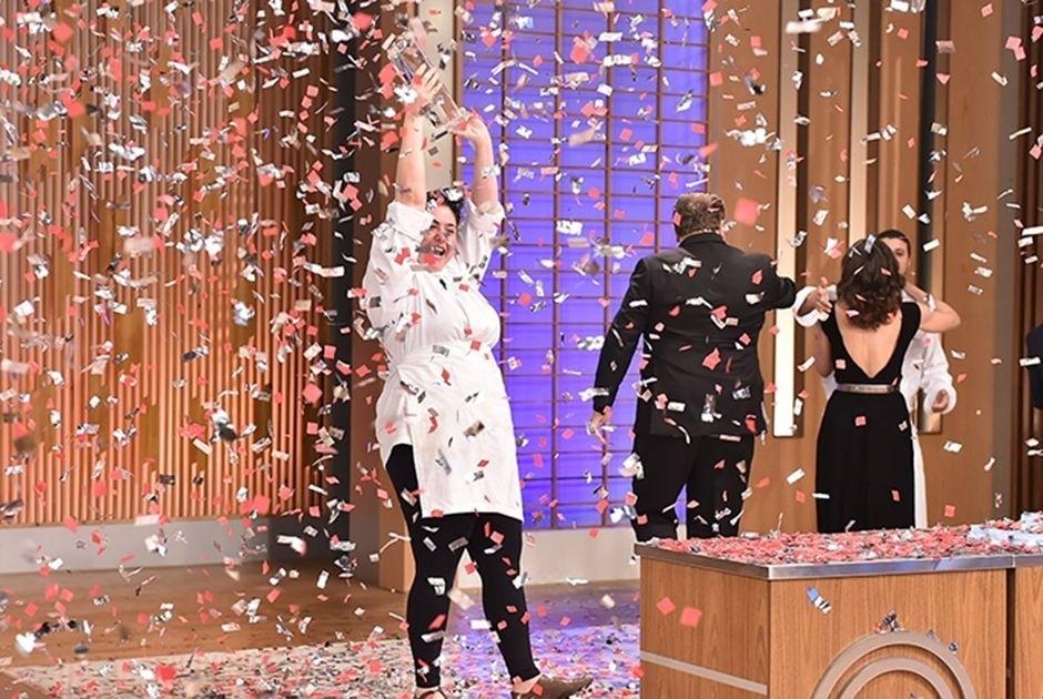 """16.set.2015 - A produtora de eventos carioca Izabel Alvares comemora após vencer a segunda temporada do programa """"MasterChef"""" Brasil"""