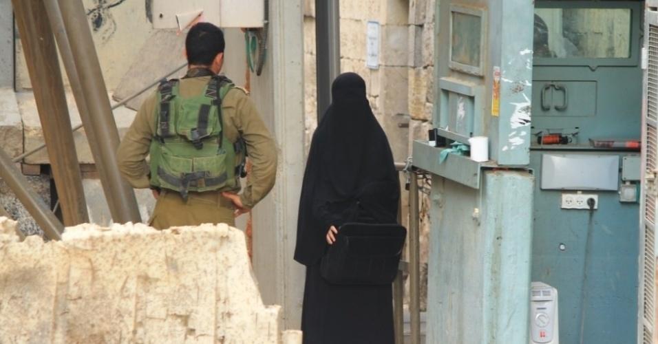 22.set.2015 - A estudante palestina Hadeel al-Hashlamon, 18, no checkpoint em Hebron. Ela foi morta a tiros, minutos depois, por um dos militares. A versão do exército é que ela ameaçou-o com uma faca. Testemunhas dizem que ela não queria ser revistada por homens. Após a divulgação das fotos, o fotógrafo brasileiro, autor da sequência, decidiu sair de Israel