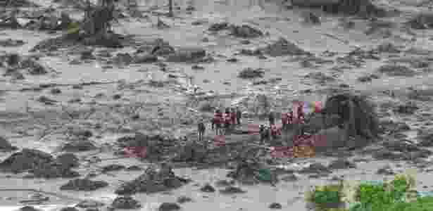 Equipes trabalham entre os escombros após o rompimento de duas barragens da mineradora Samarco, em Bento Rodrigues, distrito de Mariana (MG) - Antonio Cruz/Agência Brasil