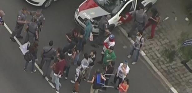 2.dez.2015 - Estudantes bloquearam a avenida Dr. Arnaldo na manhã desta quarta contra a reorganização - Reprodução