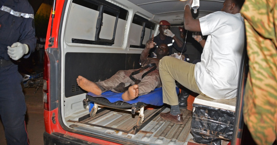 16.jan.2016 - Um homem ferido é atendido por uma equipe médica após o ataque terrorista ao hotel Splendid, em Burkina Fasso, neste sábado