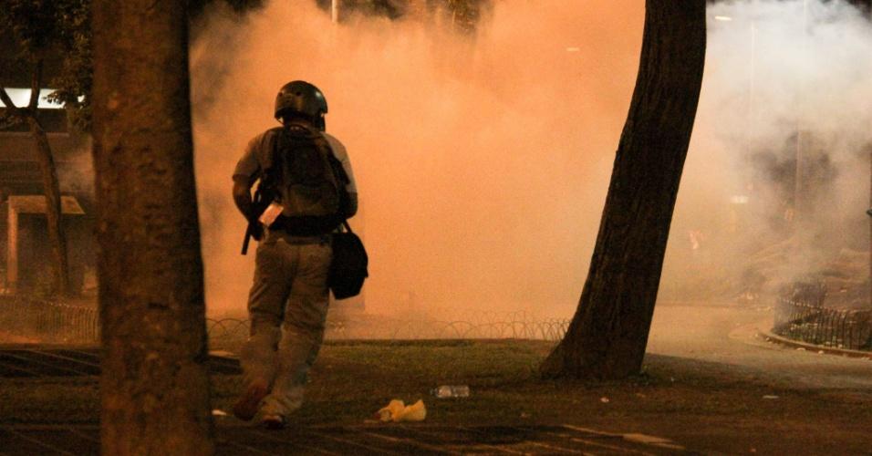 21.jan.2016 - Fumaça provocada pelas bombas lançadas por policiais militares para dispersar manifestantes na região da praça da República, no centro de São Paulo, durante o 5º ato do Movimento Passe Livre (MPL) contra o aumento do valor da tarifa do transporte público na cidade