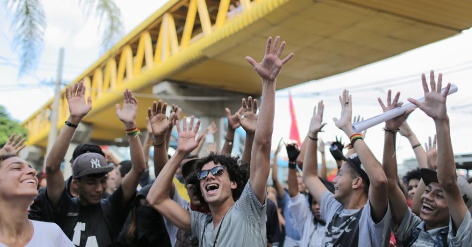 21.jan.2016 - Jovens se concentram no Terminal Parque Dom Pedro 2º, centro de São Paulo, para o quinto ato convocado pelo MPL (Movimento Passe Livre) contra o aumento das passagens de ônibus e metrô da capital paulista