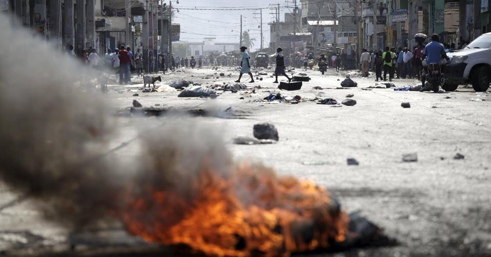 24.jan.2016 - Haiti tem cenário de destruição depois de um protesto contra o governo do presidente Michel Martelly. Houve confronto entre manifestantes e forças policiais. A eleição para escolher o sucessor de Martelly foi adiada indefinidamente por conta do clima conturbado no país