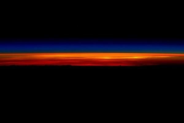 """1º.mar.2016 - O sol quase nasce na Terra visto da ISS (Estação Espacial Internacional). O registro foi feito pelo astronauta da Nasa Scott Kelly nas suas últimas horas a bordo da ISS (Estação Espacial Internacional). Nas suas redes sociais, Kelly postou uma sequência de cinco fotos mostrando o nascer do sol no nosso planeta, visto do espaço. Na postagem da primeira imagem, Kelly escreveu """"Cresça e brilhe! Meu último amanhecer do espaço, depois disso eu tenho que ir"""""""