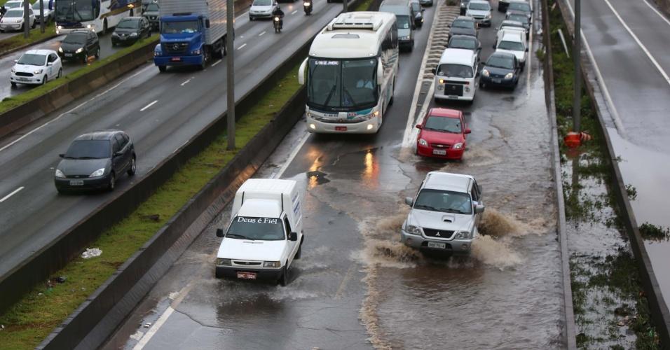 11.mar.2016 - Alagamento provoca congestionamento na marginal Tietê, na altura da ponte da Casa Verde, em São Paulo (SP)