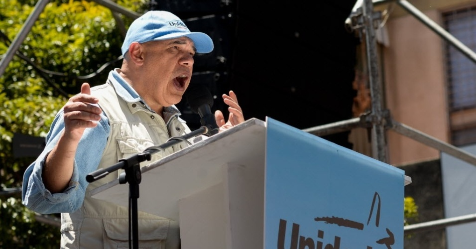"""12.mar.2016 - Jesus """"Chuo"""" Torrealba, secretário geral da Mesa da Unidade Democrática (coalizão de partidos de oposição) discursa durante manifestação que pede a renúncia do presidente Nicolás Maduro, neste sábado (12)"""