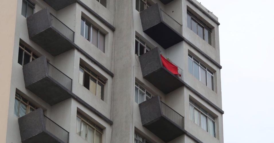 Bandeira vermelha é colocada na sacada de um prédio na esquina da rua da Consolação com a avenida Paulista, região central de São Paulo, durante ato contra o governo Dilma Rousseff. A imagem foi enviada pelo internauta Roberto Andrade para o WhatsApp do UOL Notícias - (11) 95520 5752