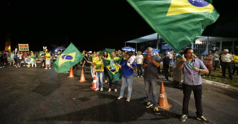 4.abr.2016 - Manifestantes fazem ato em apoio ao juiz federal Sérgio Moro e à Operação Lava Jato em frente ao STF (Supremo Tribunal Federal), em Brasília