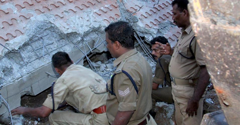 10.abr.2016 - Equipes de bombeiros e socorristas trabalham na operação de resgate montada em virtude de um incêndio de grandes proporções que atingiu um templo hindu em Kollam, no sul da Índia. A tragédia provocou pelo menos cem mortes. De acordo com as autoridades locais, 350 pessoas se feriram no local, que pegou fogo após uma explosão causada por uma faísca de um artefato explosivo