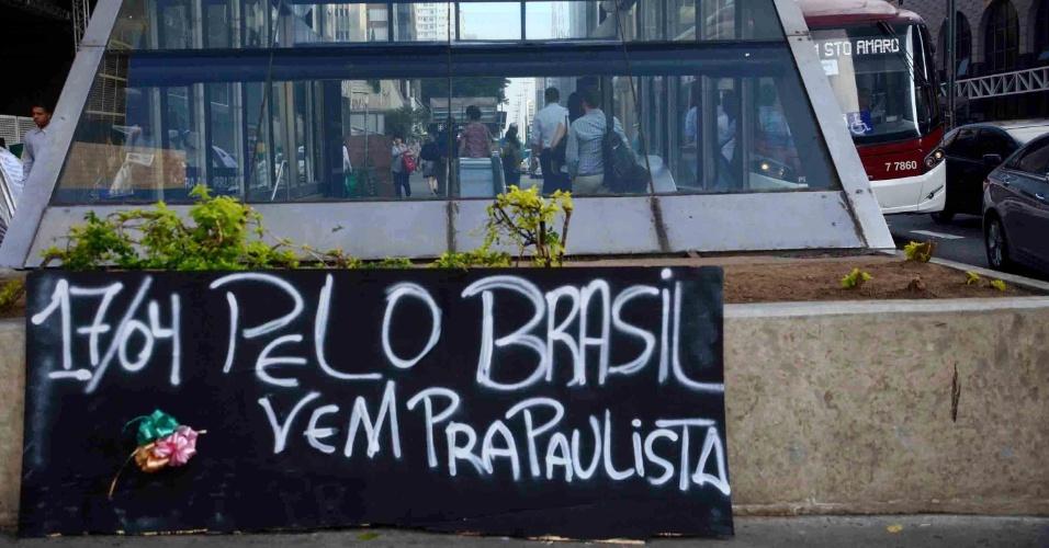 13.abr.2016 - Cartaz colocado próximo ao acampamento em frente ao prédio da Fiesp (Federação das Indústrias do Estado de São Paulo), na avenida Paulista, em São Paulo (SP), convoca população para protesto a favor do impeachment no próximo domingo (17), dia da votação do processo de afastamento da presidente Dilma Rousseff