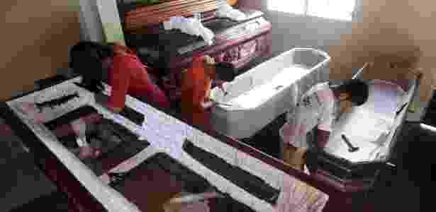 Crianças trabalham na confecção de caixão na fábrica Novo Renascer em Jucuapa, El Salvador - Jose Cabezas/Reuters