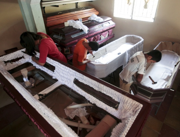 Crianças trabalham na confecção de caixão na fábrica Novo Renascer em Jucuapa, El Salvador