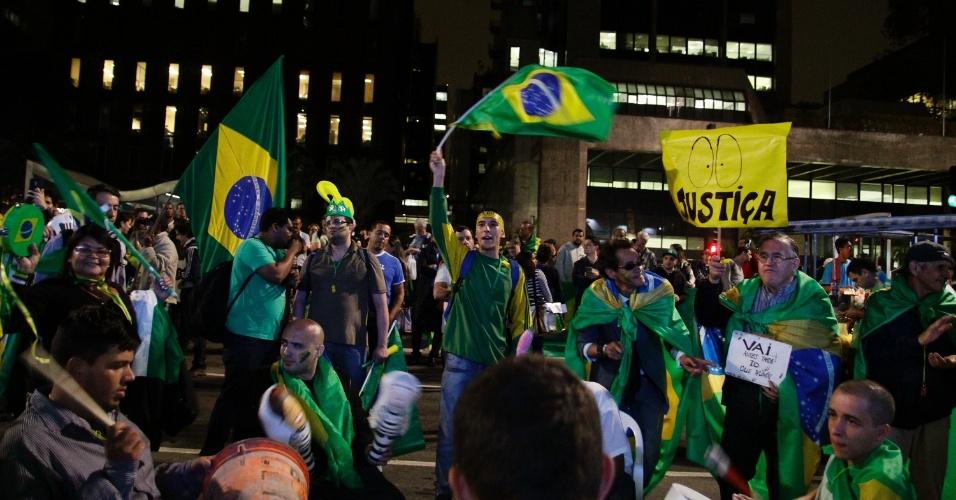 11.mai.2016 - Grupo de manifestantes favoráveis ao impeachment da presidente Dilma Rousseff (PT) se concentra em frente à Fiesp, em São Paulo, no dia da votação da admissibilidade da ação no Senado. Pequeno grupo de manifestantes está próximo a ato que ocorre na altura do Masp, contrário ao impeachment