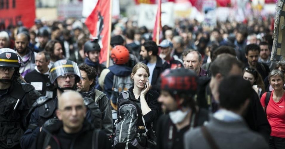 17.mai.2016 - Trabalhadores e estudantes participam de protesto contra a nova lei trabalhista em Paris, na França. Dezenas de milhares de pessoas (68 mil, segundo a polícia; 220 mil, segundo um sindicato) foram às ruas protestar pela sexta vez em pouco mais de dois meses nas principais cidades do país