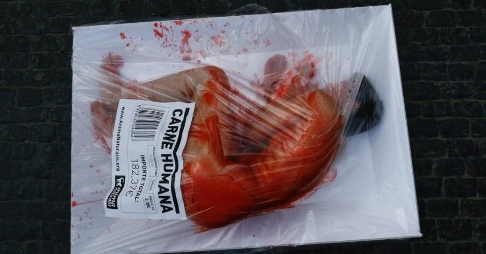 22.mai.2016 - Ativista do grupo de defensores dos direitos dos animais Anima Naturalis participa de protesto na praça Sant Jaume, em Barcelona, neste domingo, deitado dentro de um enorme pacote que simula carne humana para venda