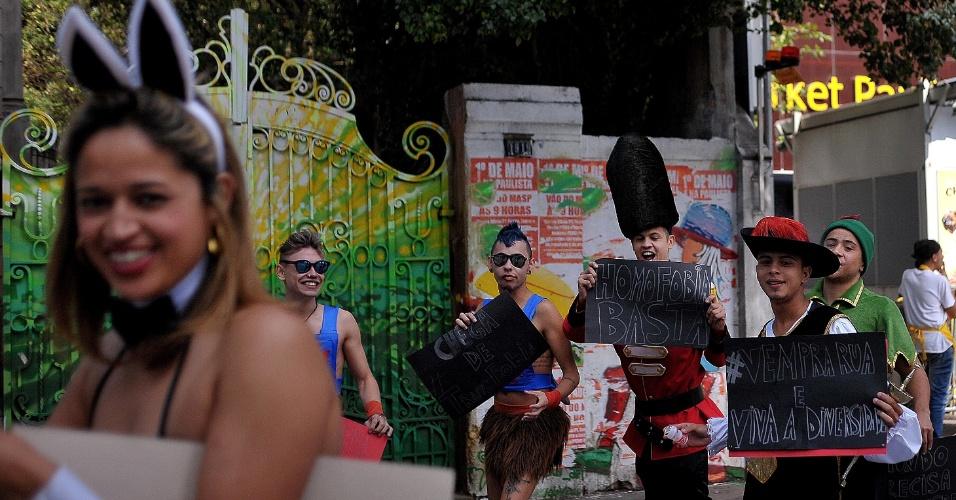 29.mai.2016 - Participantes da 20ª Parada do Orgulho LGBT de SP levam placas de protesto para a avenida Paulista