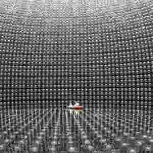 20.jun.2016 - Sob as montanhas do Japão existe o Super-Kamiokande, um observatório de neutrinos que está há 914 metros embaixo da terra. O ambiente é uma enorme piscina com dezenas de milhares de toneladas de água, onde é possível ver as partículas fantasmas atravessando a água, interagindo com elétrons e lançando uma luz, como acontece no IceCube durante a interação com o gelo. O japonês Takaaki Kajita e o canadense Arthur McDonald ganharam o Prêmio Nobel de Física por descobrir no laboratório a oscilação dos neutrinos, o que provou que as partículas têm massa - Kamioka Observatory/ ICRR (Institute for Cosmic Ray Research)/ The University of Tokyo
