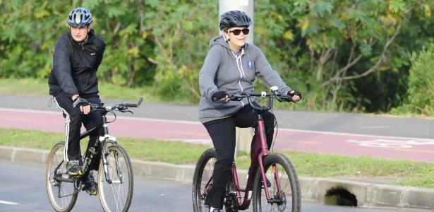 A presidente afastada aproveitou o domingo para pedalar em Porto Alegre
