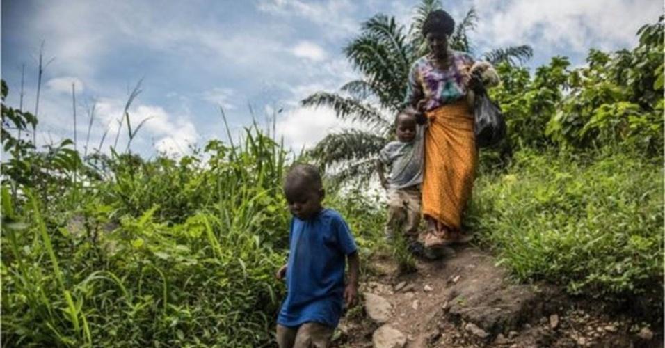 8.jul.2016 - Criscent Bwambale vive com sua avó em uma casa de barro rodeada por plantações de cacau em Uganda. Em janeiro, a família respondeu a um chamado de uma equipe médica que, apoiada pela ONG Sightsavers, convidou crianças da comunidade a fazer exame de vista