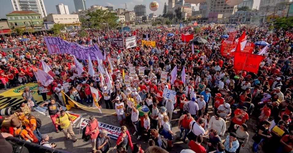 31.jul.2016 - No Largo da Batata, em São Paulo (SP), manifestantes protestam contra o impeachment da presidente Dilma e pedem a saída do interino Michel Temer. O ato, chamado por movimentos sociais e centrais sindicais, reúne milhares de pessoas na zona oeste paulistana