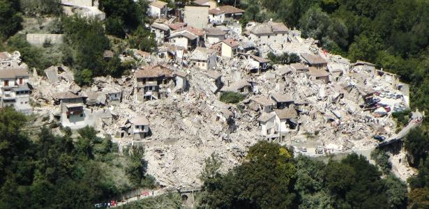 Imagem aérea de Pescara del Tronto após o terremoto