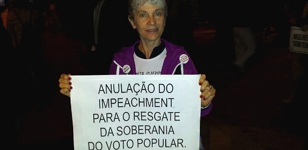 Em vez de eleições antecipadas, manifestante quer volta de Dilma - Flávio Costa/UOL