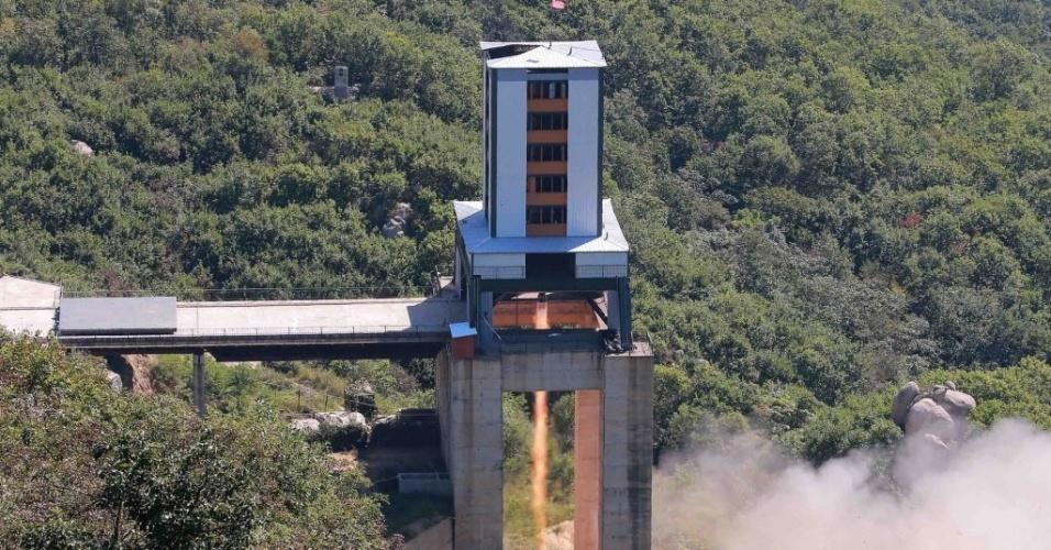 MOTOR NOVO - A Coreia do Norte testou um novo motor de foguete espacial que permitirá o lançamento de vários tipos de satélite. O novo teste acontece menos de duas semanas depois de o país ter anunciado êxito em teste com uma ogiva nuclear que pode ser colocada num míssil. Os dois testes podem indicar que o país se aproxima do objetivo de desenvolver um míssil nuclear que possa atingir o território continental dos Estados Unidos