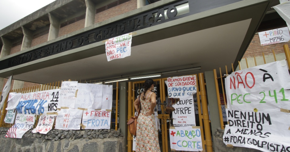 1º.nov.2016 - Estudantes ocupam prédio da Universidade Federal Rural de Pernambuco durante protesto contra o Governo Temer e a Proposta de Emenda à Constituição 241, que limita os gastos do Governo para os próximos 20 anos