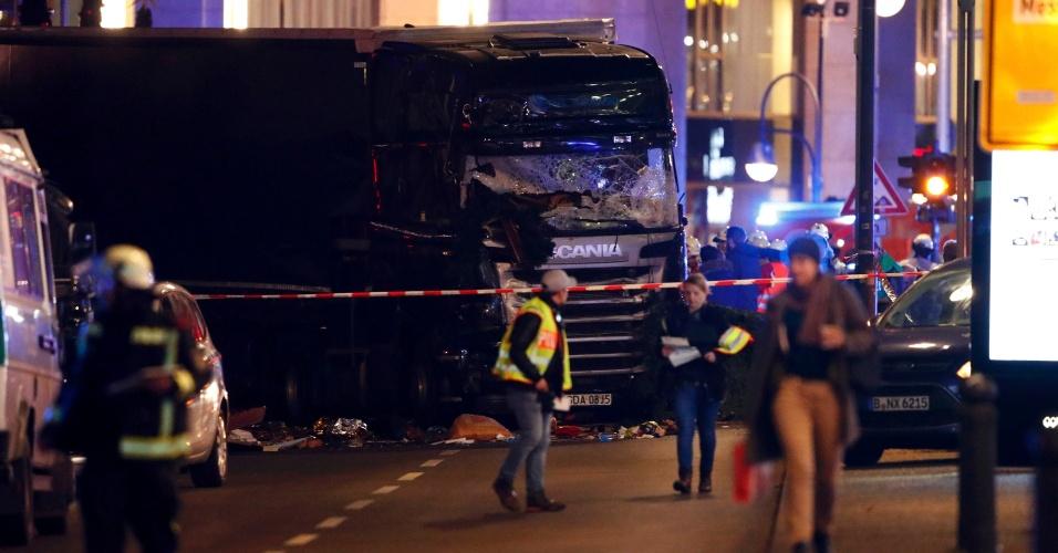 19.dez.2016 - Caminhão bate em feira natalina em Berlim, na Alemanha