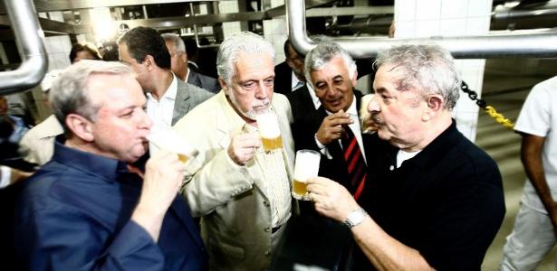 O ex-presidente Luiz Inácio Lula da Silva e o então governador da Bahia, Jaques Wagner, participam da inauguração da cervejaria Itaipava na cidade de Alagoinhas, no oeste do Estado