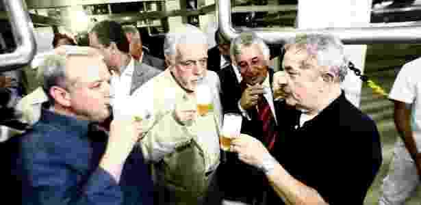 O ex-presidente Luiz Inácio Lula da Silva e o então governador da Bahia, Jaques Wagner, participam da inauguração da cervejaria Itaipava na cidade de Alagoinhas, no oeste do Estado - Luiz Tito - 22.nov.2013/Ag. A Tarde/Folhapress