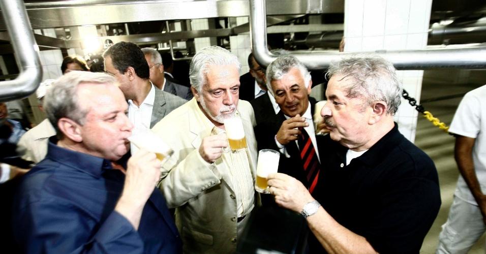 22.nov.2013 O ex-presidente Luiz Inácio Lula da Silva e o então governador da Bahia, Jaques Wagner, participam da inauguração da cervejaria Itaipava na cidade de Alagoinhas, no oeste do Estado