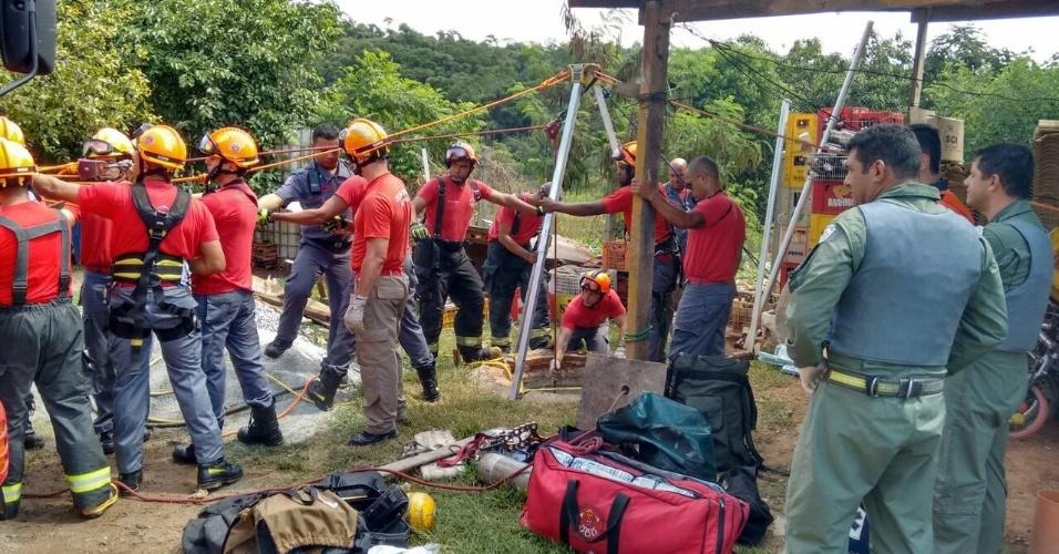 Bombeiros trabalham para salvar homem que caiu em poço no ano novo em São Paulo