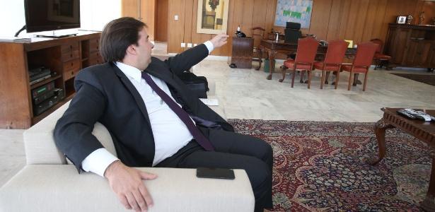 O presidente em exercício, Rodrigo Maia (DEM-RJ), durante entrevista no gabinete no Palácio do Planalto, aponta para a poltrona de Temer