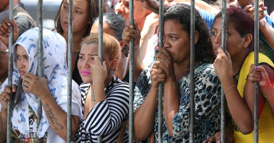 8.jan.2017 - Parentes aguardam por informações junto à Cadeia Pública Raimundo Vidal Pessoa, em Manaus